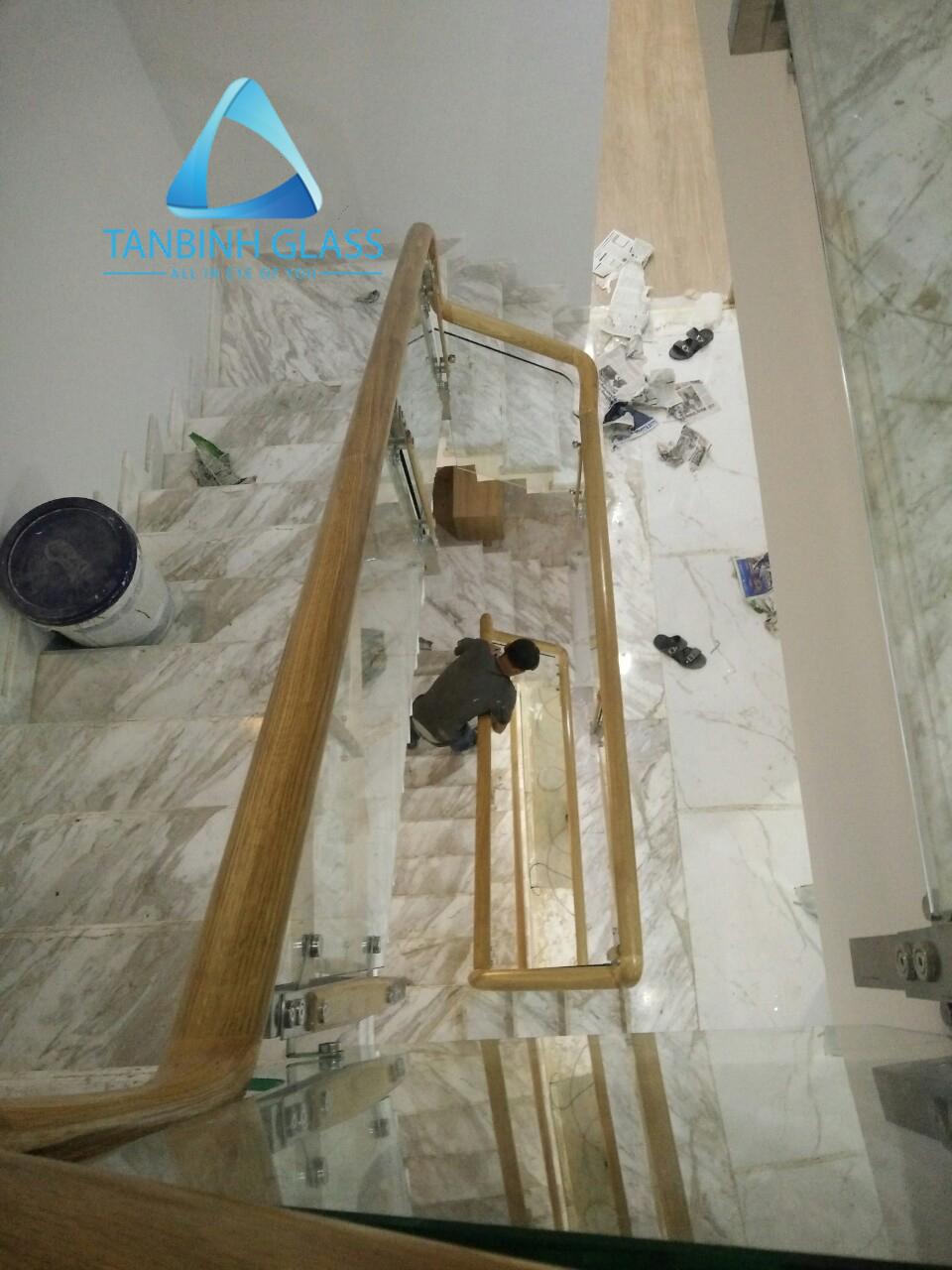 cầu thang kinh tay vịn gỗ sồi